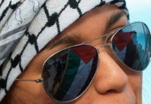 Det palæstinensiske flag spejler sig i solbrillerne på en pro-palæstinensisk aktivist i Italien. (Illustrationsfoto: Marco Bernardini, flickr.com)