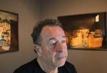 Kent Klich med nogle af hans billeder. (YouTube screenshot)