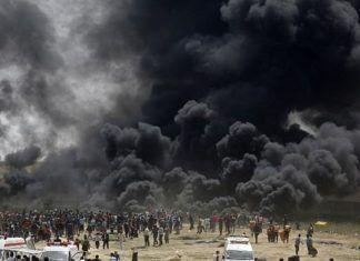 Illustrationsfoto: Palæstinensere brænder dæk ved grænsen til Israel øst for Jabalia, centralt i Gaza City, under en voldsom manifestion 13. april 2018. Røget skulle angivelig skjule forsøg på at trænge ind i Israel gennem hegnet eller i tunneler. (AFP PHOTO / MOHAMMED ABED)