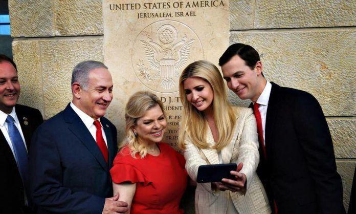 Benjamin Netanyahu sammen med blandt andre Ivanka Trump og hendes mand, Jared Kushner, under indvielsen af USA's ambassade i Jerusalem. Foto: AP