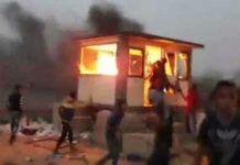 Palæstinensiske demonstranter bryder ind i og sætter ild til en sikkerhedspost ved den palæstinensiske side af Kerem Shalom - som er det sted, hvorigennem hovedparten af forsyningerne til Gaza sendes (PALINFO Twitter account, May 4, 2018 - via The Meir Amit Intelligence and Terrorism Information Center)