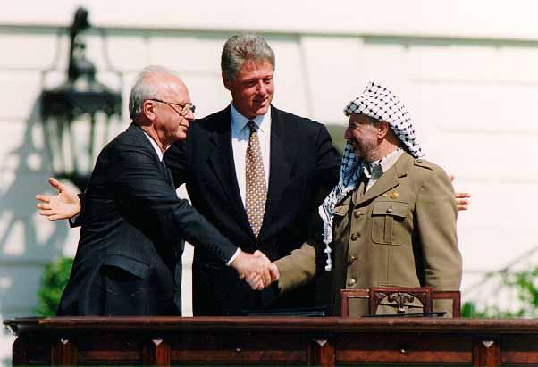 Yitzhak Rabin og Yasser Arafat underskrev Osloaftalen med præsident Bill Clinton som vidne i Washington 13. september 1993. (Foto: Vince Musi / Det hvide hus)