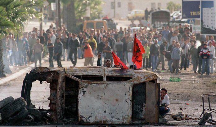 Arkivbillede fra den anden intifadas første år [2000]. Terroren har været dyr for den palæstinensiske økonomi.