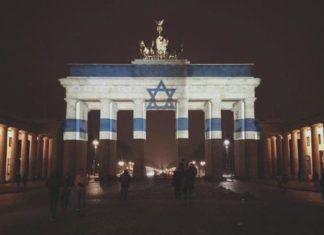 Efter terrorangrebet i Jerusalem januar 2017 blev Brandenburger Tor lyssat i de israelske farver. (Foto: Muhammad Zoabi i miff.no)