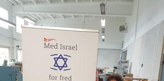 Den daglige leder og redaktør, Dina Grossman - med banner!
