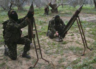 Maskerede medlemmer af Palæstinensiske Islamiske Jihad opsææter hjemmelavede raketer lige udenfor Gaza City med henblik på affyring mod Israel - 2009.