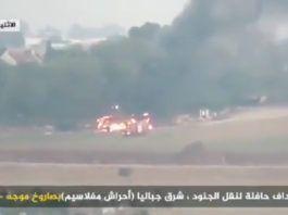 En bus brænder nær Kfar Aza, Israel, den 12. november 12, 2018, efter at være blevet ramt af et anti-tankmissil affyret af Hamas-terrorister i Gazastriben. (Billedkilde: Hamas video screenshot)