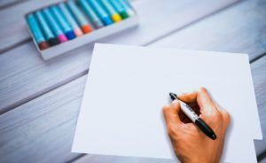 Klar til at tegne? (Kilde: https://pixabay.com/da/skrivning-h%C3%A5nd-skrive-pen-3709125/ - open source)