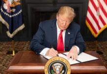 """Den amerikanske regering har besluttet at genindføre de sanktioner mod Teheran, som blev fjernet ved """"atomaftalen"""" i 2015. Sanktionerne er et led i Washingtons forsøg på at bremse Irans missil- og atomprogrammer og mindske dets indflydelse i Mellemøsten. Billedet: USA's præsident, Donald Trump, underskriver et """"executive order"""", som genindfører udvalgte sanktioner - i Bedminster, New Jersey, den 6. august 2018."""