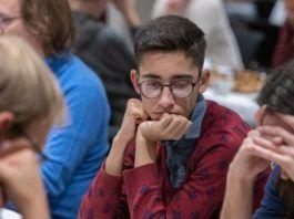 Den iranske skakspiller Aryan Gholami på turneringen i Sverige (Foto: Lars OA Hedlund, via Nordic Chess School)