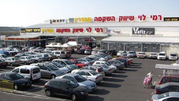 Det Palæstinensiske Selvstyres præsident, Mahmoud Abbas' regerende Fatah-parti har reageret på et nyt butikscenter i det østlige Jerusalem, hvor de fleste arbejdere og kunder er arabere, på en måde, som udstiller, hvordan de palæstinensiske ledere bestandig torpederer befolkningens goder. Billedet: En afdeling af supermarkedkæden Rami Levy i det vestlige Jerusalem. (Billedkilde: Yoninah/Wikimedia Commons)