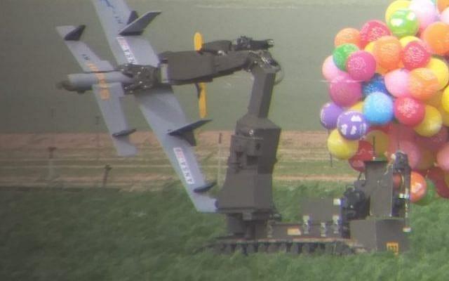 explosiver blev sendt ind i Israell fra Gaza. Her bliver genstanden undersøgt af en robot fra politiet. (Foto: Det israelske politi).