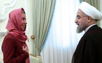 Mogherini i et ømt øjeblik sammen med Rouhani i Teheran den 28. juli 2015. (Billedkilde: EPA/Handout fra Irans præsidentkontor)