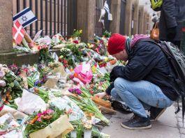 Blomster foran synagogen i København efter terrorangrebet 14. februar 2015. Foto Dj Ladze. Flickr.com
