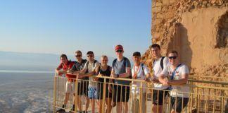 Masada - MIFF ungdomstur 2018. Nogle af deltagerne klatrede op til Masada om natten for at opleve solopgangen fra toppen af fjeldet. (Foto: Nadiia Fugleberg, på miff.no)