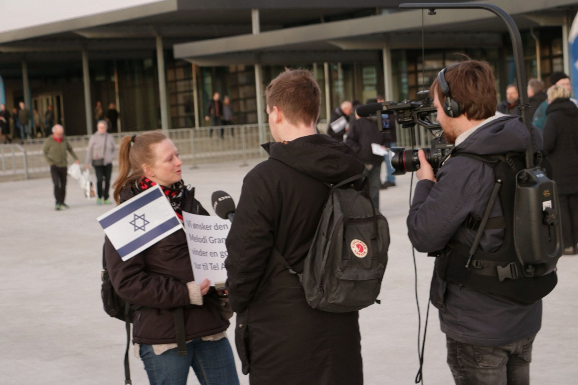 Danmarks Radio interviewer een pro-Israel demonstrant (privat foto: Simeon Kristensen)
