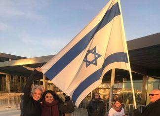 Hilsen fra Israel-vennerne foran Boxen i Herning hvor den danske finale for Melodi Grand Prix foregårs (privatfoto)