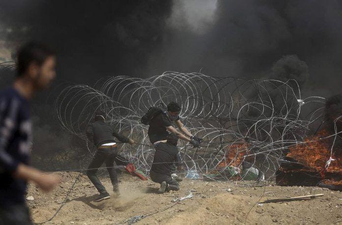Palæstinensere på Gazastriben forsøger at nedrive dele af sikkerhedsbarrieren mellem Gaza og Israel (Foto: IDF)