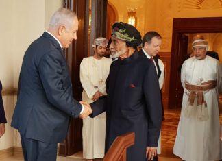 Den israelske statsminister Benjamin Netanyahu hilser på Sultan Qaboos bin Said i Oman. (Israel PM's Office)