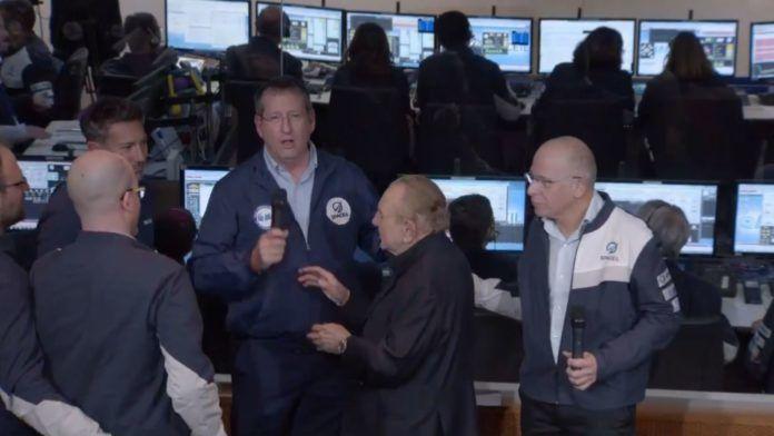 Manden med mikrofon informerer om, at landingen ikke lykkedes (Skærmdump fra YouTube)