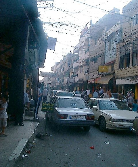 En smal gade i den palæstinensiske flytningelejr Nahr al Bared i Tripoli, Libanon - 2005 (FunkMonk - Michael B.H. Wikimedia Commons)