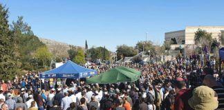 """Begravelse af Rabbi Achiad Ettinger - dræbt af """"solo-angriber"""" fra Ariel"""