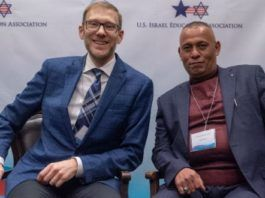 """Ari Zimmerman (tv) og Ashraf Jabari, stiftere af Judea-Samaria Chamger of Commerce og Indsutry (JSC). Foto: Eitan Tal via """"Breaking Israel News"""".com)"""