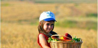 Israelsk pige med frugtkurv (modtaget fra KD - stock-foto plus logo)